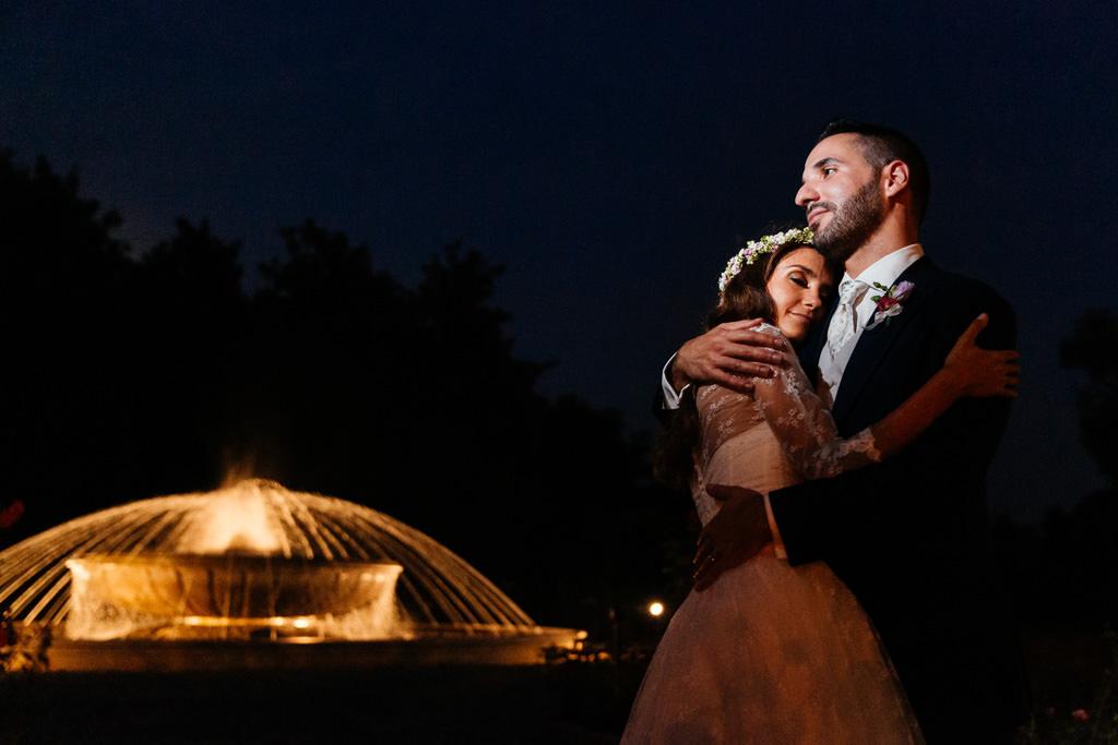 Gli sposi vicino alla fontana di notte