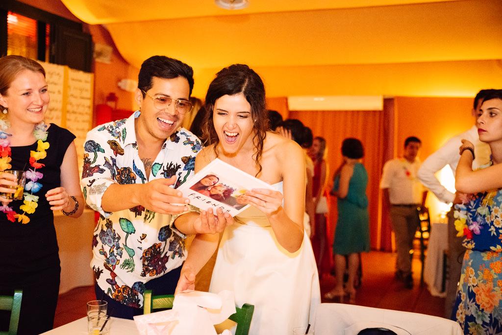 Luis e Giovanna sorpresi per il regalo degli amici