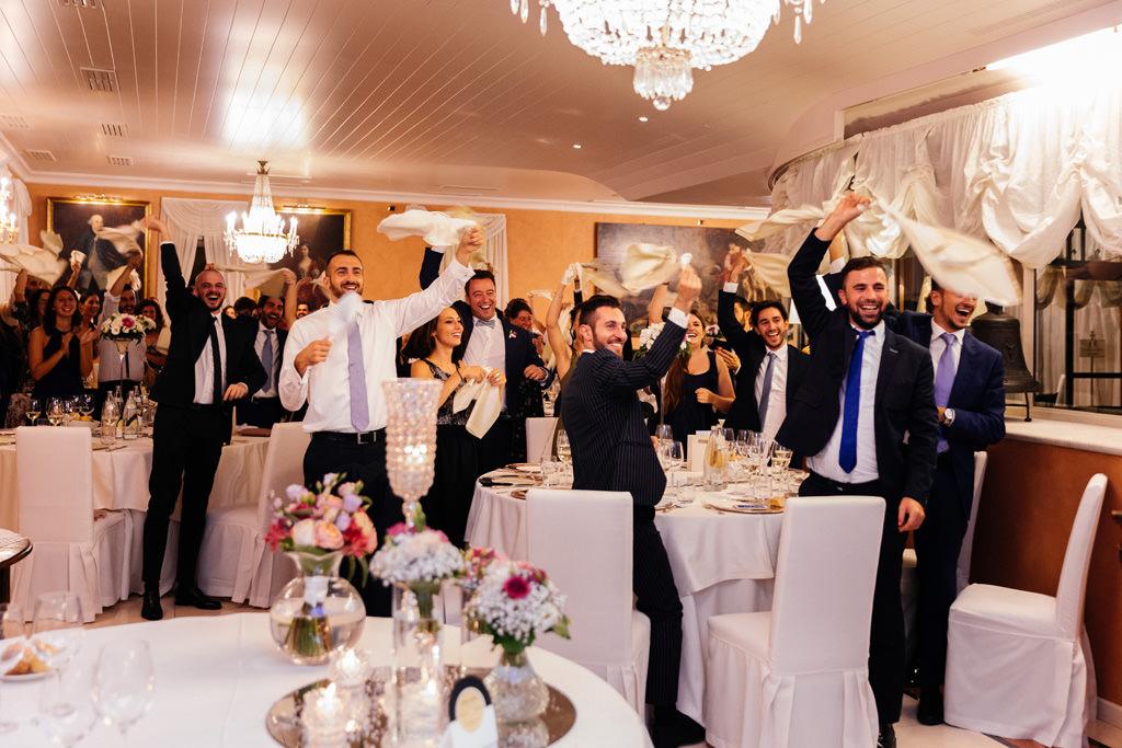 Gli invitati esultano all'arrivo degli sposi al ricevimento