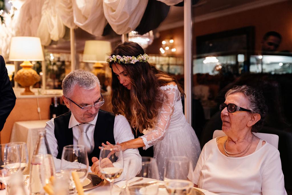 La sposa mostra l'anello al padre a Villa Valenca