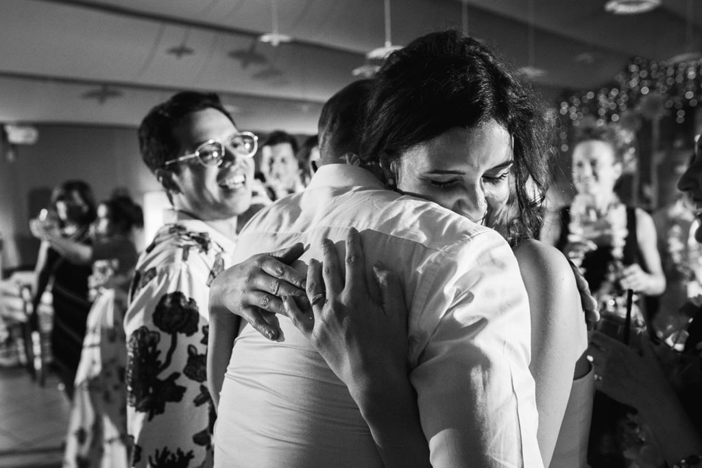 La sposa abbraccia un amico al ricevimento