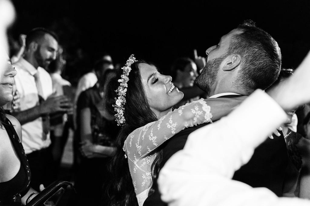 Gli sposi si abbracciano a Villa Valenca
