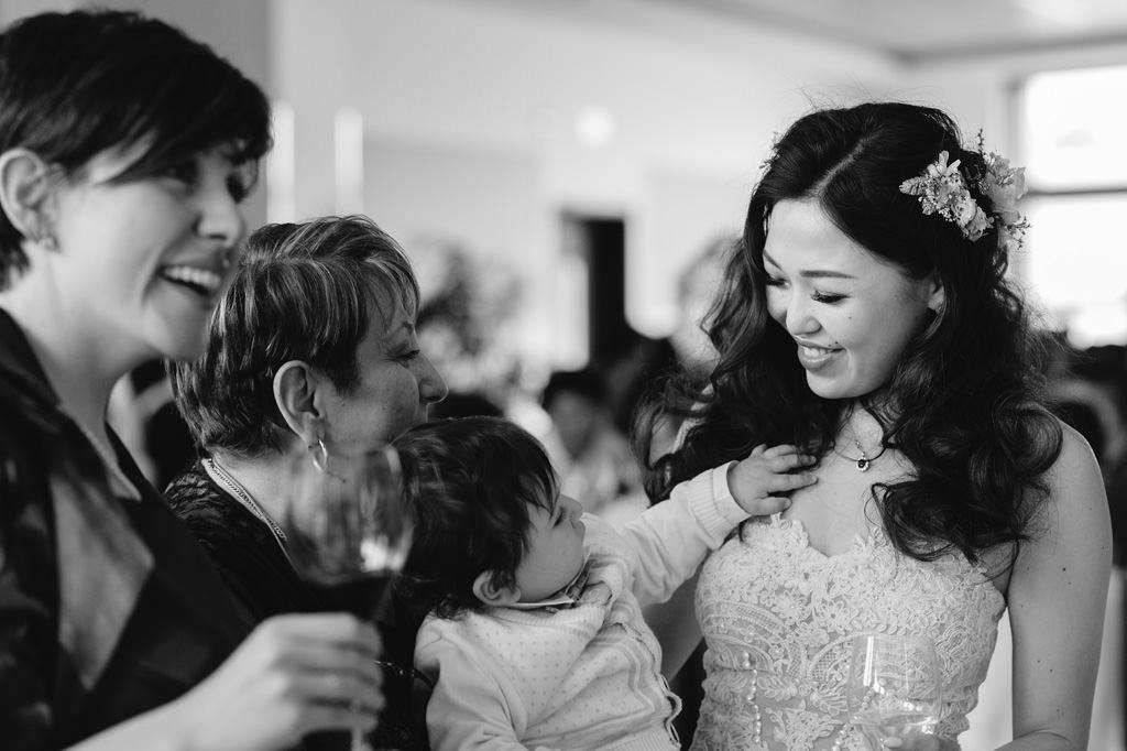 Sposa che Sorride con Parenti - Foto di Reportage