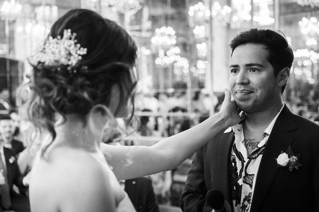 Sposa Accarezza Sposo - Foto di Reportage