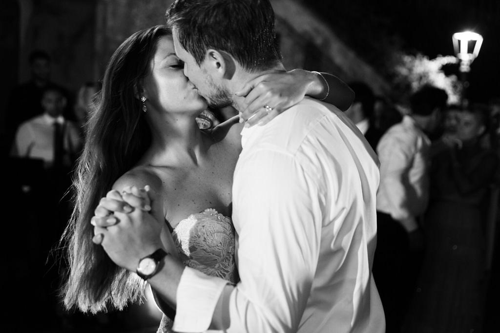 Bacio degli Sposi durante il Ballo - Foto di Reportage Matrimonio