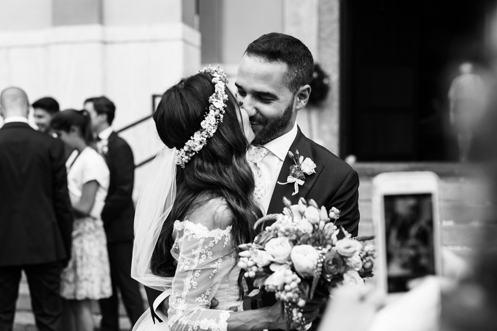 Bacio degli Sposi Fuori dalla Chiesa Foto di Reportage