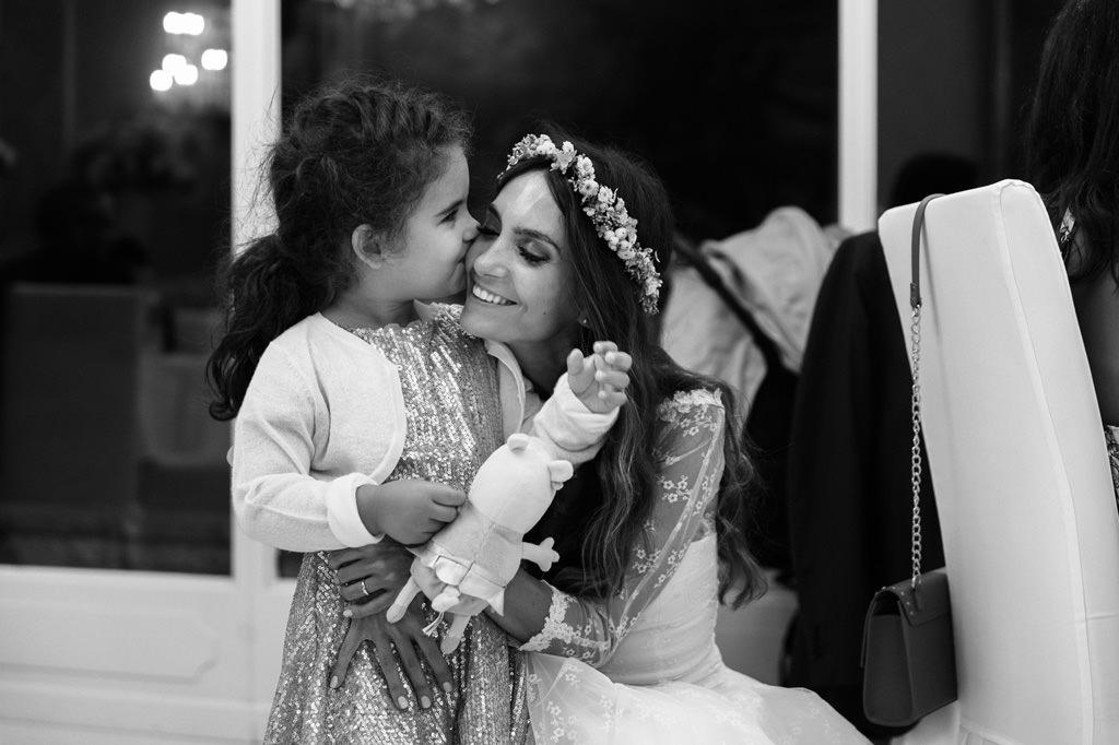 Sposa Abbraccia Damigella Reportage