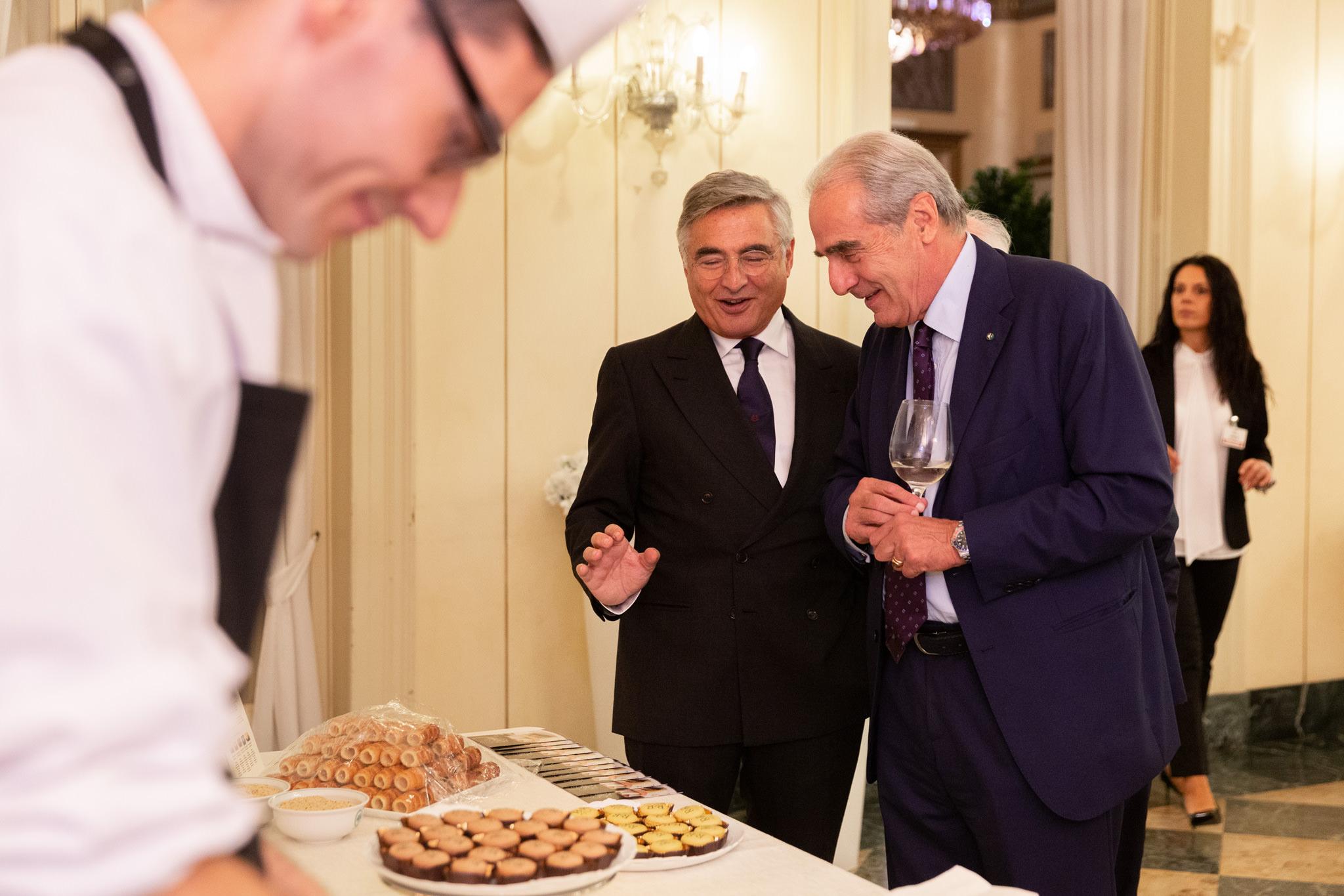 L'avvocato Raffaelli elogia i macarons della festa per i 40anni dello studio Rucellai&Raffaelli