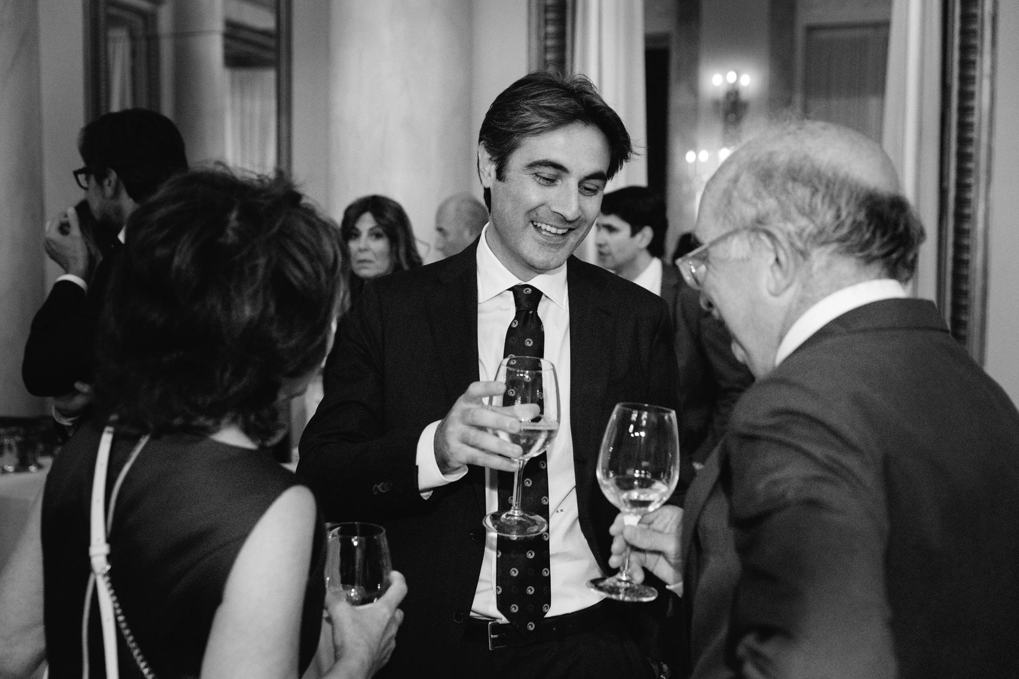 L'avvocato Alessandro Raffaelli conversa con amici e colleghi