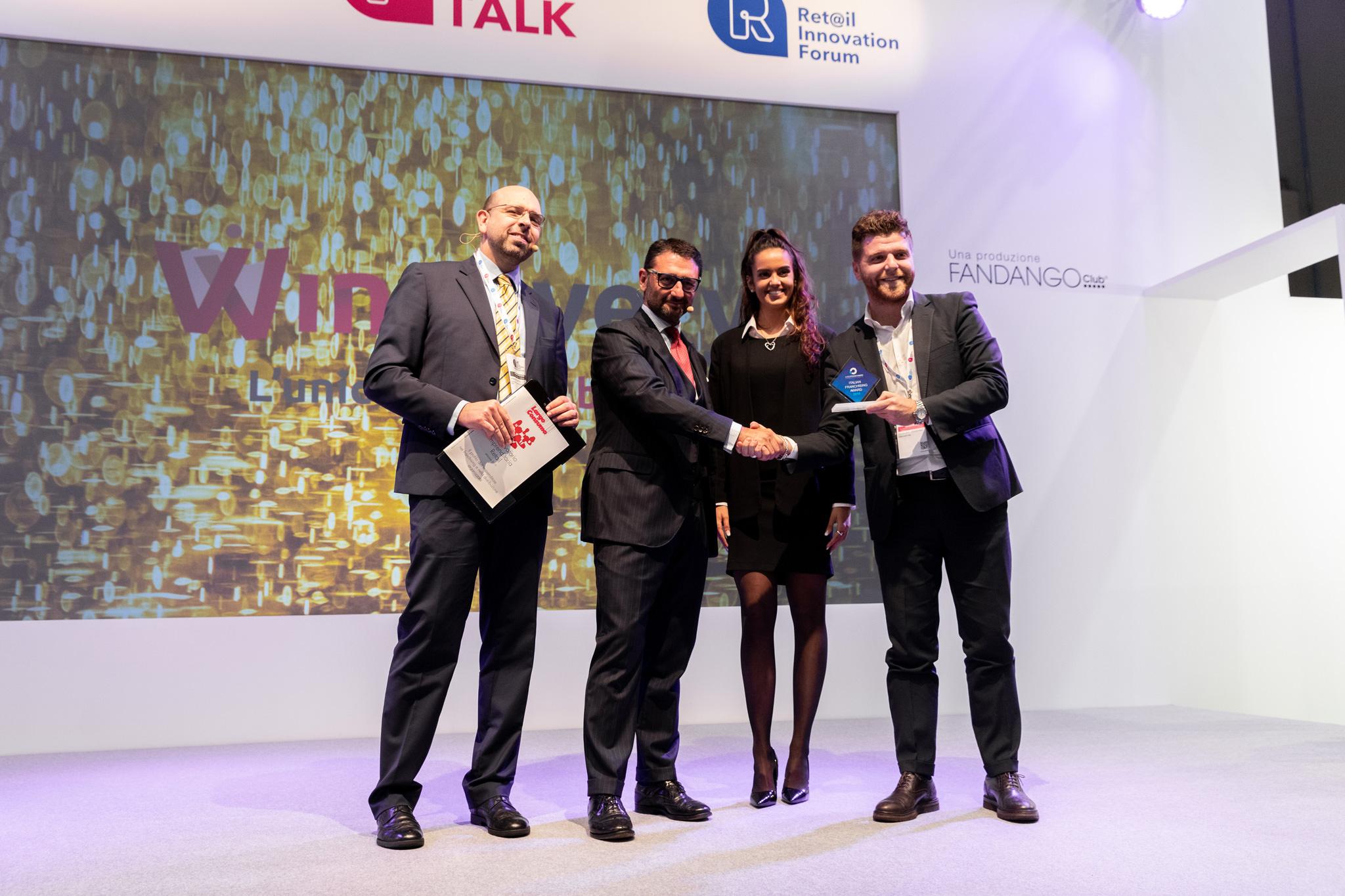 I vincitori stringono la mano ai presentatori dell'evento presso Fireramilanocity