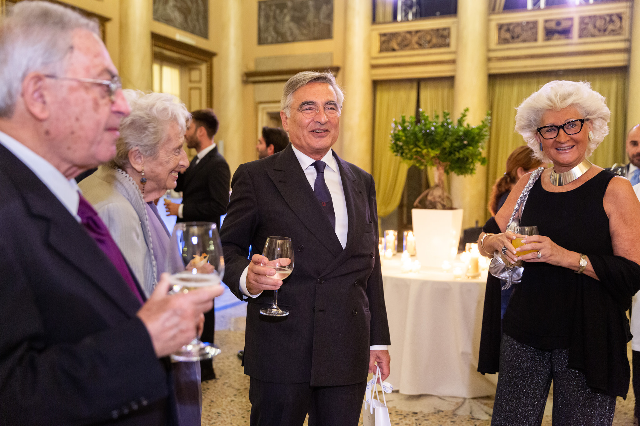 L'avvocato Enrico Raffaelli beve un bicchiere insieme ai colleghi all'interno della splendida sala della Società del Giardino