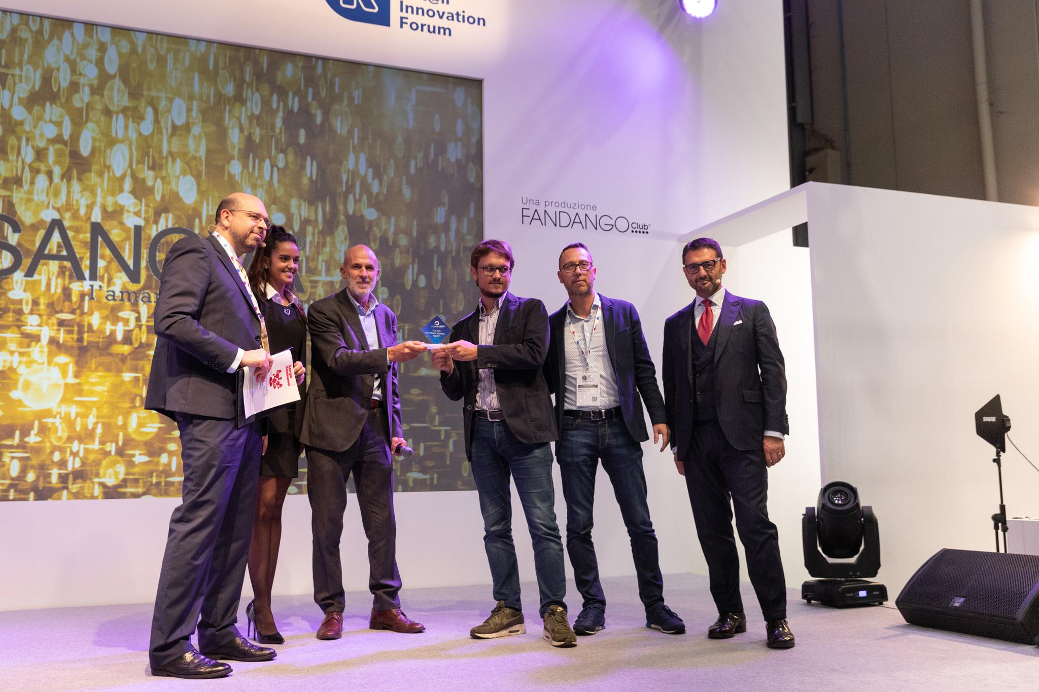 I presentatori dell'evento consegnano i premi Assofranchising 2019 ai concorrenti