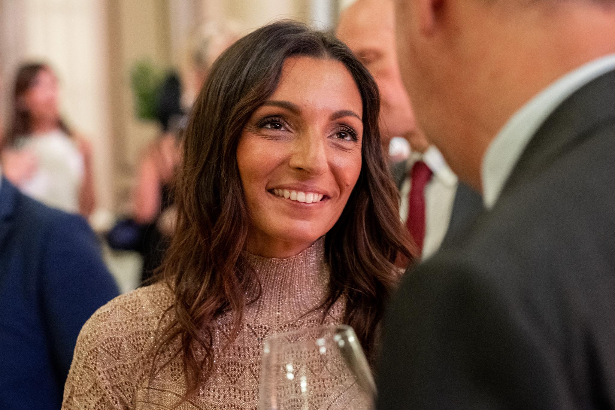 Ottavia Raffaelli chiacchiera in compagnia di un avvocato