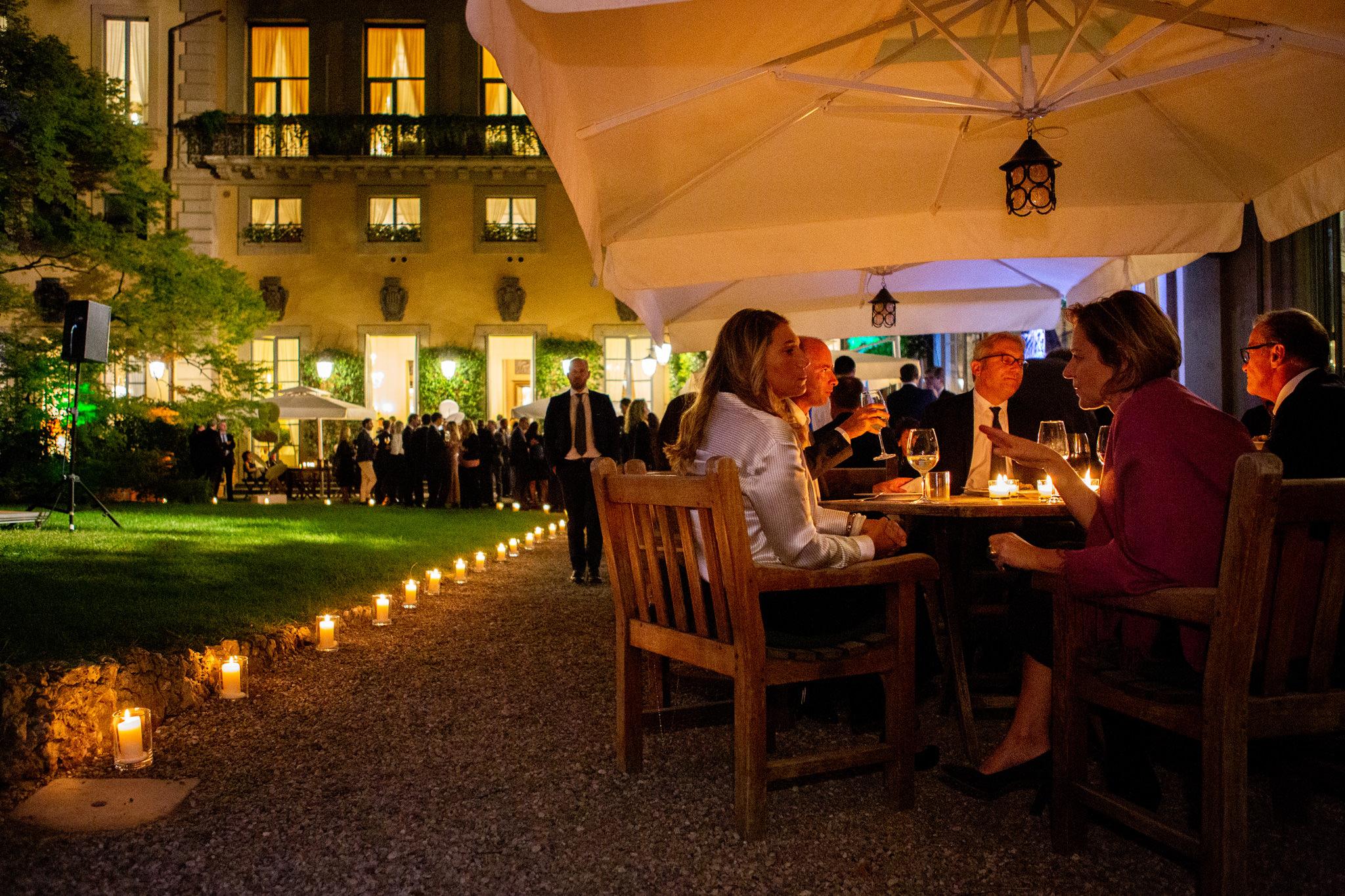 I partecipanti cenano nello splendido cortile presso la Società del Giardino