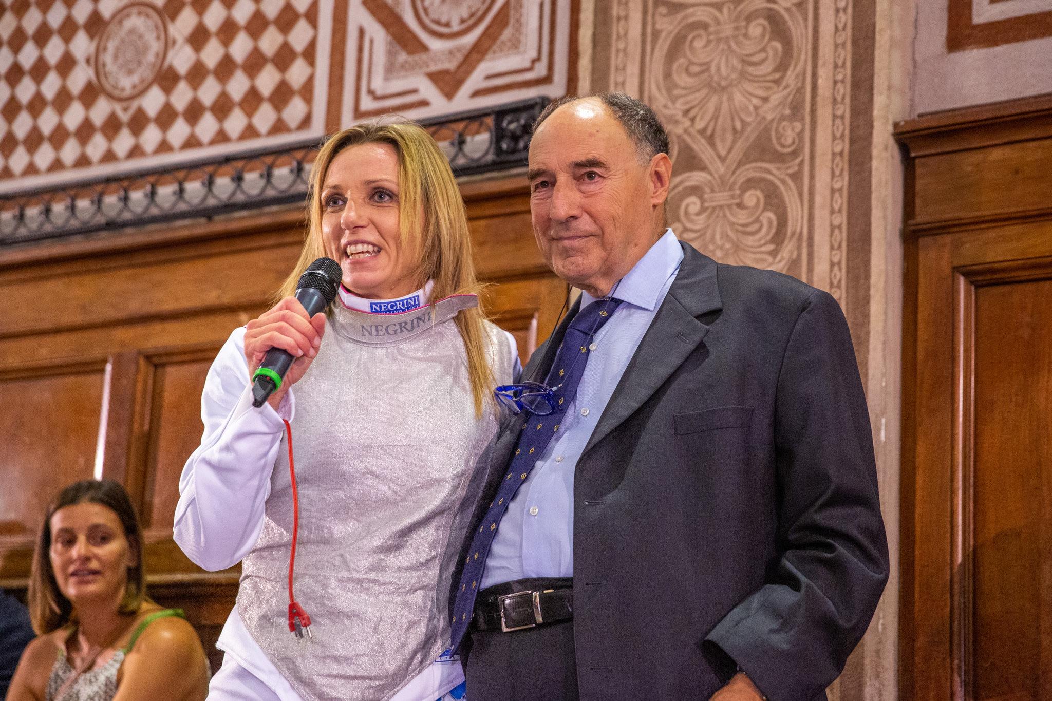Valentina Vezzali enuncia un discorso in favore degli ospiti durante la festa per il quarantesimo anniversario dello Studio Rucellai&Raffaelli