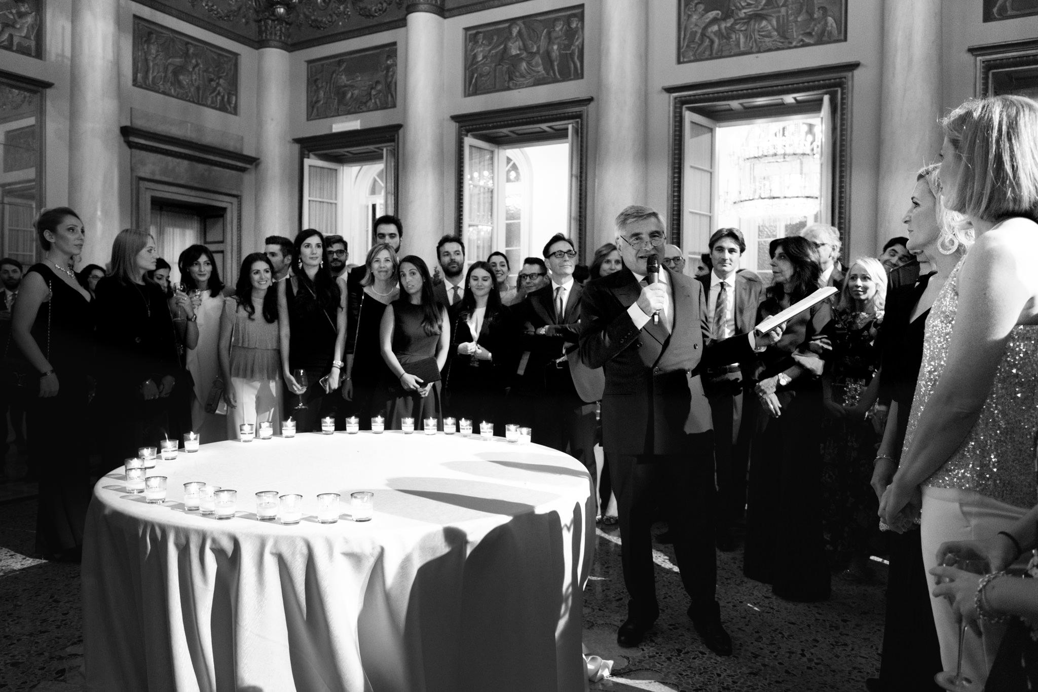 L'avvocato Enrico Raffaelli presenta gli ospiti illustri della serata