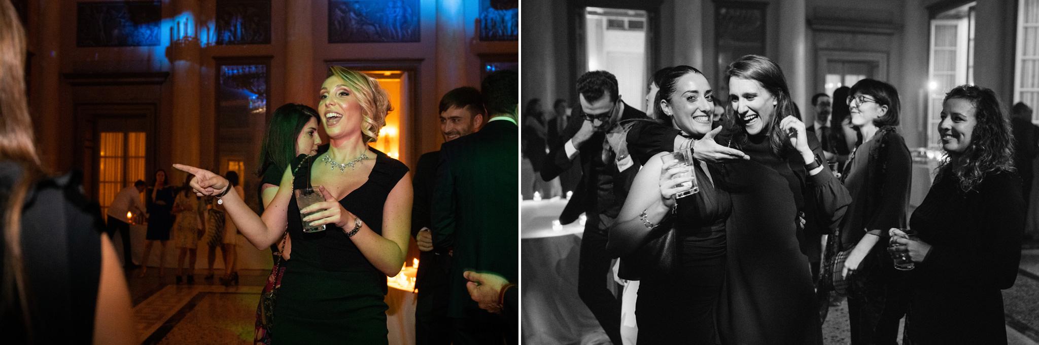 Gli invitati si lanciano in balli impazziti presso la location della Società del Giardino