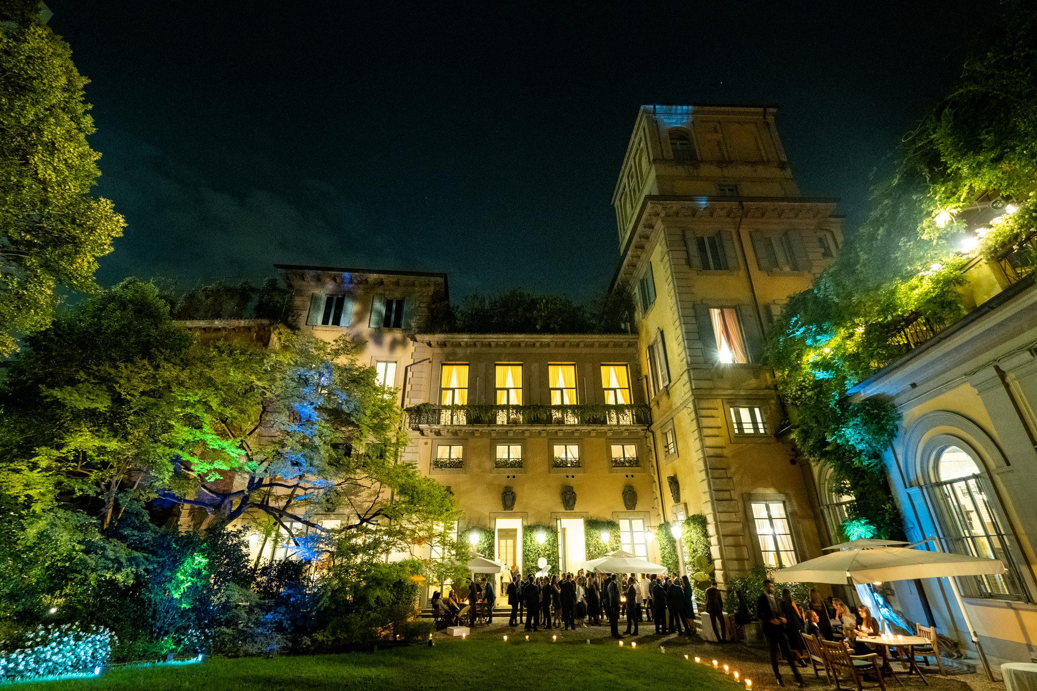 Una panoramica dal cortile della location che ospita il quarantesimo anniversario dello studio legale Rucellai e Raffaelli